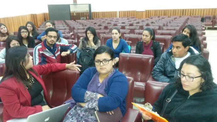Parte de la reunión, participan estudiantes de 5º semestre de la Titulación en Comunicación Social